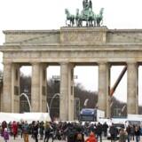 Brandenburger Tor i Berlin bliver gjort klar til nytårsfest.