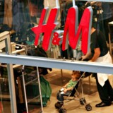 Arkivfoto: Den svenske tøjkoncern H&M er bakket 15,5 pct. på børsen i Stockholm, efter at en salgsopdatering fredag viste det første enkeltstående kvartal i to årtier med negativ vækst.