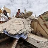 Tv-stationen Al-Massira, som ledes af houthi-oprørere, der har kontrollen over Yemens hovedstad, siger, at 14 civile blev dræbt fredag. Seks af de dræbte var børn.