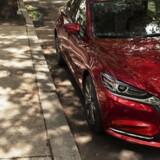Man skal kigge to gange for at se, at det her ikke er den nuværende Mazda 6. Den nye har dog en ny grill med små lodrette striber og en kromstribe hele vejen under nederste del af forlygterne
