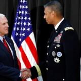 USAs vicepræsident besøger i disse dage Sydkorea. Her trykker han hånd med den amerikanske general Vincent K. Brooks på den amerikanske militærbase i Seoul. REUTERS/Kim Hong-Ji