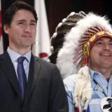 Canadas premierminister, Justin Trudeau (tv), står sammen med First Nations´ »nationale høvding« Perry Bellegarde.