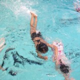 V: Kønsopdelt svømmeundervisning er fejlslagen integration - - - - - I Tingbjerg er flere hundrede piger med indvandrerbaggrund begyndt til svømning, efter Hovedstadens Svømmeklub har kønsopdelt svømmeundervisningen og afskærmet hallens vinduer. Men er det integration eller det modsatte? Tirsdag den 26. April 2016. Her er det