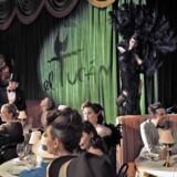 Underholdningen, drikkevarerne, maden og gæsternes fremtoning medvirker alle til 20er- og 30er-stemningen på El Tucan.