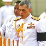 Den nuværende konge af Thailand med det imponerende navn Kong Maha Vajiralongkorn Bodindradebayavarangkun aflægger visit ved Kong Rama I's momument, efter at have underskrevet den nye, thailandske forfatning i Bangkok.