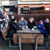 """Arkivfoto: Brøndby Strand. """"Gården"""" er en 3-etagers bebyggelse, der omkranser en stor gård med legepladser, stier og cykelskure. Der er altid masser af socialt liv blandt beboerne i Gården, selvom det er en blanding af unge og gamle og af blandede nationaliteter. Her mødes en stor mødregruppe hver dag og leger med børnene og snakker."""