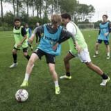 Lukas Sevel (bagved med pandebånd og blå vest) vil gerne se, om talentet rækker til at blive professionel fodboldspiller. Men han drømmer også om at blive lærer, pædagog eller socialrådgiver, fordi han er god til at arbejde med mennesker.