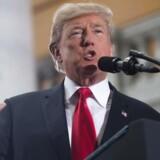 """Donald Trump har sagt, at et indrejseforbud er nødvendigt for at beskytte USA mod islamistiske angreb. Under præsidentvalgkampen lovede Trump """"at lukke helt ned for, at muslimer kunne komme til USA""""."""