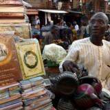 Eb bod med kopier af Koranen ved den centrale moske i Lagos. Den muslimske fastemåned ramadanen begyndte fredag aften.. / AFP PHOTO / PIUS UTOMI EKPEI