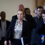 Udlændinge- og integrationsminister Inger Støjberg (V) er, torsdag den 1. juni 2017, kaldt i samråd om beslutningen om undtagelsesfrit at adskille ægtepar på asylcentre, hvor den ene ægtefælle er under 18 år. Ministeren skal redegøre for forløbet om beslutningen, og hun skal fortælle, hvilke vurderinger der forelå fra hendes embedsmænd. Desuden skal hun forklare, hvorfor hun valgte at fjerne en formulering om, at adskillelsen af parrene skulle ske på en individuel vurdering. Samrådsspørgsmålene er stillet efter ønske fra Johanne Schmidt-Nielsen (EL), Sofie Carsten Nielsen (RV), Josephine Fock (ALT).