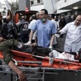 Folk søger desperat efter deres kære på Shifa-hospitalet i Gaza City. Nogle ved, hvor de skal lede. Frivillige er i gang med det sørgelige og makabre arbejde med at gennemgå striben af lig.