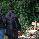 Kvinder sætter lys og lægger blomster ved et mindested for Susanna Feldman. Politiet mistænker en 20-årig afvist asylansøger for at stå bag voldtægten og mordet på den 14-årige pige.