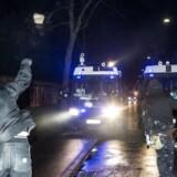 Demonstranter kaster brosten mod politiet. Ungdomshuset i København afholder onsdag den 1. marts 2017 en demonstration, der bevæger sig fra Vor Frue Plads mod Nørrebro i anledning af 10-året for rydningen af Ungdomshuset på Jagtvej 69. Den 1. marts 2007 kl. ca. 7.00 påbegyndte Københavns Politi en rydning af Ungdomshuset.De følgende dage var præget af uroligheder og ødelæggelser, hvor over 714 personer blev anholdt. Den 5. marts ved 8-tiden om morgenen begyndte nedrivningen af huset, der varede indtil den 6. marts ved 23-tiden. I dag står grunden Jagtvej 69 tom, men der er planer om at bygge et nat-herberg for hjemløse på stedet. (Foto: Asger Ladefoged/Scanpix 2017)