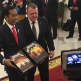 Præsident Joko Widodo havde det store smil på, da statsminister Lars Løkke Rasmussen (V) under sit statsbesøg i Indonesien overrakte det signerede eksemplar af Metallica-klassikeren »Master of Puppets«. Privatfoto: Rikke Gjøl Mansø