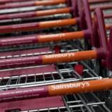 Den britiske supermarkedskæde Sainsbury stiger mandag middag 16,2 pct. på børsen, efter at selskabet har offentliggjort planer om at fusionere med en anden britisk supermarkedskæde Asda. Sainsbury steg over 20 pct. fra morgenstunden. Når fusionen gennemføres, vil Walmart, der ejer Asda, blive storaktionær og sidde på 42 pct. af aktierne i det nye fusionerede selskab.
