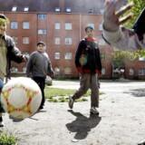 Mjølnerparken. Et par drenge spiller fodbold i en af gårdene i Mjølnerparken. Regeringen og Dansk Folkeparti vil lære børn ned til et år fra udsatte områder om demokrati og danske højtider. Men det kan få modsat virkning, advarer lektor. Det skriver Ritzau, lørdag den 19. maj 2018.. (Foto: Jacob Schou Nielsen/Ritzau Scanpix)