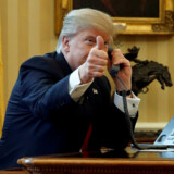 Her giver USAs præsident Donald Trump thumbs-up til journalister mens han venter på en telefonsamtale med Saudi-arabiens kong Salman . REUTERS/Jonathan Ernst TPX IMAGES OF THE DAY