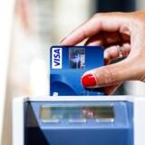 Dit aflagte kreditkort kan umiddelbart ikke misbruges, men så alligevel. Virkeligheden har før overhalet sikkerheden, vurderer eksperter. (Foto: Nikolai Linares/Scanpix 2015)