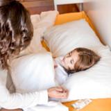 De første tegn på mæslinger er svær forkølelse med væske fra næse og øjne, hoste, feber og lyskyhed.