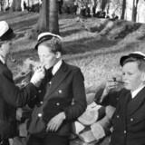 Arkivfoto af ældre dato. Elever fra Sorø Akademi i 2. Mellem ryger piber og cigaretter.