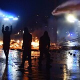 Demonstranter angribes med vandkanoner under nattens demonstrationer i Hamborg.