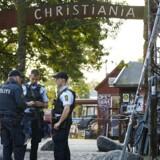 Betjente skudt på Christiania i nat 1.9.2016: Der er foretaget flere anholdelser i sagen. En af betjentene betjent blev ramt i hovedet og er hårdt såret, en civil er også ramt. Efter skyderiet tilbageholdt politiet flere tilstedeværende på Christiania og kropsvisiterede dem... (Foto: Jens Astrup/Scanpix 2016)