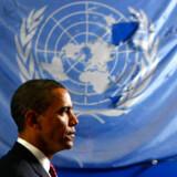 Præsident Obama passerer det beskadigede flag, som vejrede over det bombede FN-hovedkvarter i Irak men i dag hænger i FN-bygningen i New York
