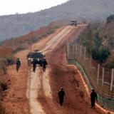 Israelske soldater patruljerer på grænsen til Libanon, hvorfra der i dag blev affyret flere raketter.