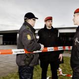 Politiet og militærpolitiet foran hovedindgangen til Gardehusarregimentets kaserne i Antvorskov ved Slagelse efter våbenrøveriet mod kasernen.