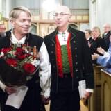 Kjell Frølich Benjaminsen og Erik Skjelnæs gifter sig som det første homofile par i en norsk kirke. Vielsen fandt sted i Eidskog Kirke ved midnat 1. februar 2017. Sognepræst Bettina Eckbo viede parret.