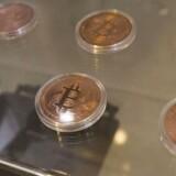 Det er svært at illustrere en artikel om en virtuel - det vil sige imaginær - valuta. Men et indkøbscenter i Kowloon, Hong Kong, har valgt at sælge formodede Bitcoins som souvenirs. Foto: Alex Hofford/EPA