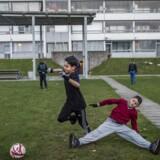 En gruppe unge unge spiller en omgang eftermiddagsfodbold på en af plænerne i Vollsmose. Arkivfoto.