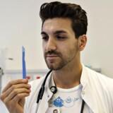 Læge Ayhan Al Kole arbejder på Aalborg Sygehus og er imod omskæring af drenge. Her med skalpel