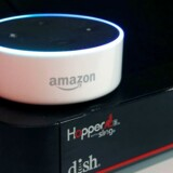 Amazon har stor salgssucces med sin Echo Dot-taleassistent (den lille hvide boks), som dog kun kan forstå engelsk og tysk. Det er Apple, som med sin Siri-assistent topper listen over sprog. Arkivfoto: Steve Marcus, Reuters/Scanpix