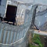 Asyl-ekspert forudser omfattende problemer ved DF's forslag om et grænsehegn, og kalder forslaget useriøst.