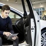 Jesper Bjørn Hansen er torsdag indtrådt i direktione hos bilforhandleren Andersen & Martini. Bilbranchen hopper med på data og digitaliseringsbølgen. Andersen & Martini er de første til bruge systemet Autodesktop, et system der indeholder data om kunderne. Systemet kan blandt bruges på iPad, sådan som Jesper Bjørn Hansen gør det her.