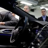 Canadas premierminister Justin Trudeau fik mandag en rundtur i det nye Blackberry QNX-testcenter i Ottawa, hvor mobilproducenten nu har kastet sig over selvkørende biler. Foto: Blair Gable, Reuters/Scanpix
