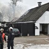 Beredskabsfolk arbejder ved en lade i Fårup, hvor en person er brændt inde søndag d. 12. februar 2017. Politiet forsøger at fastslå årsagen til branden. (Foto: Lars Rasborg/Scanpix 2017)