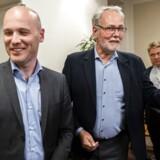 Chefforhandler for LO-forbundene Dennis Kristensen (t.h.) og cheforhandler for regionerne Anders Kühnau stod side og side ved Forligsinstitutionen i København onsdag morgen.