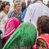 Tørken og den medfølgende sultkatastrofe i store dele af Etiopien rammer ikke mindst børnene. Ved et distributionssted for nødhjælp følger udviklingsminister Ulla Tørnæs (V) og Danmarks ambassadør i Etiopien, Mette Thygesen, med, mens spædbørn vaccineres for mæslinger, får et skud A-vitamin og en kur mod orm. Foto: Søren Bidstrup
