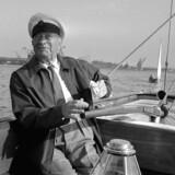 Skibsreder A.P. Møller påtog sig en stor risiko med Nordsøolien. Dels fordi han øjnede en god forretning, dels af nationale grunde. Her er han ved roret i sin lystyacht under fritidssejlads på Øresund. Arkivfoto