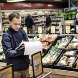 Mangel på grøntsager fra Spanien har fået forbrugerne i Danmark til at købe mere dansk kål, porrer og gulerødder. I Storbritannien har supermarkedskæder sat icebergsalat og broccoli på skarp rationering. Her er grøntafdelingen i SuperBrugsen i Smørum, hvor Anders Bjerg, salgsassistent i frugt- og grøntafdelingen, er i gang med at notere, hvad der skal bestilles hjem af frugt og grønt.