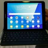 Galaxy Tab S3 er Samsungs nyeste tavle-PC med Android. Den får også S-pennen, som ellers kendes fra de dyreste Galaxy-telefoner, men Tab S3 hører også til i den absolut dyre ende af prisskalaen. Foto: Albert Gea, Reuters/Scanpix