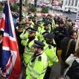 Britiske EU-modstandere og EU-tilhængere mødte mandag frem for at demonstrere på førstedagen i appelsagen, hvor Højesteret skal afgøre om regeringen som den ønsker det selv kan udløse udmeldelsesforhandlinger med EU, eller om det vil kræve en godkendelse i Underhuset og Overhuset i det britiske parlament. Foto: EPA