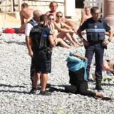 Hændelsen fandt sted på stranden langs Promenade des Anglais i Nice tidligere på ugen. Og efter den korte ordudveksling mellem kvinden og betjentene fjernede hun sin tunika.