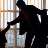 »Blandt de voksne er der i dag ikke altid lige stor lyst til at tage sig af de mere kedelige dele af voksenansvaret,« skriver Claus Holm. Modelfoto
