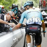 Jakob Fuglsang behandles efter styrtet, der kostede ham mindre brud på knogler i håndled og albue - og i sidste ende også exit fra Tour de France.