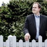 Dansk Folkepartis udlændingeordfører, Martin Henriksen, vil pålægge myndighederne at gennemgå opholdstilladelser gennem de seneste ti år med henblik på at inddrage tilladelser for udlændinge med flygtningestatus.