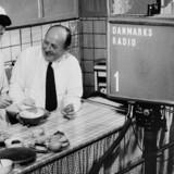 Kirsten Hüttemeier, en af efterkrigstidens selvstændige kvinder, var en af hovedpersonerne i sidste afsnit af serien. Her ses hun i en tidlig TV-udsendelse i 1952 sammen med fabrikant Svend Holm. Arkivfoto: Scanpix