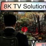 Gennem flere år har TV-producenter, her Panasonic for et år siden, fremvist fladskærmsfjernsyn med en opløsning, der er otte gange højere end et fuld-HD-TV og derfor benævnes 8K. Men der går endnu lang tid, før de kommer i handelen, så det kan ikke betale sig at vente med indkøbet. Arkivfoto: Tyrone Siu, Reuters/Scanpix